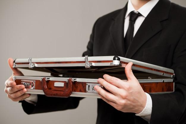 ビジネスマンの手でドキュメントケース 無料写真