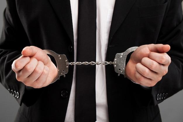 彼の手に手錠を持ったビジネスマン 無料写真