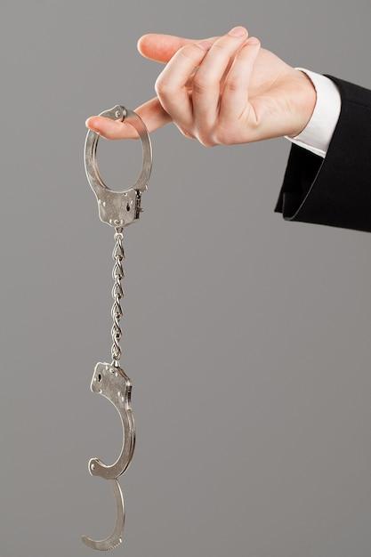 開かれた手錠で実業家の手 無料写真