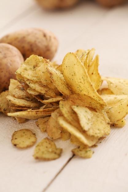 素朴な皮付きジャガイモとチップス 無料写真