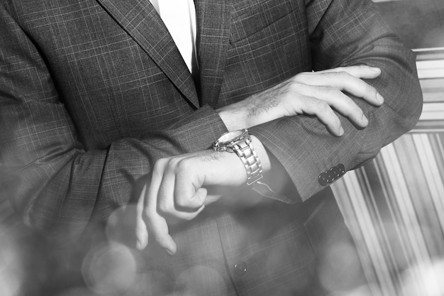 男は彼の時計を見て 無料写真