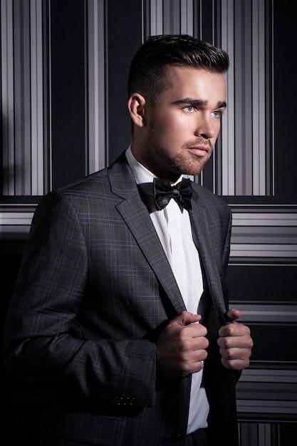 スーツを着たハンサムな男 無料写真
