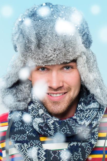 降雪時のポーズハンサムな男 無料写真