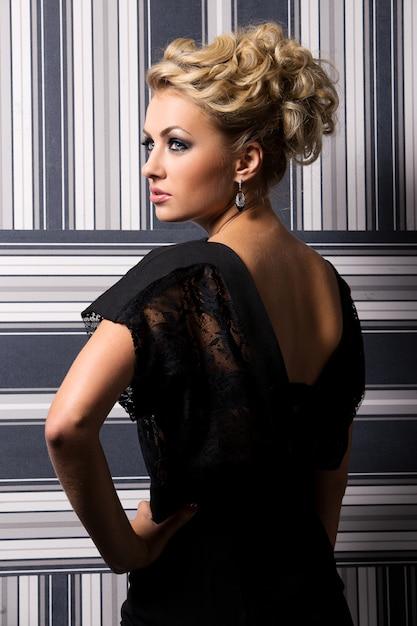 黒のドレスでエレガントな女性 無料写真