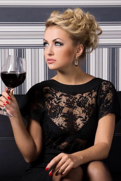 Элегантная женщина в черном платье Бесплатные Фотографии