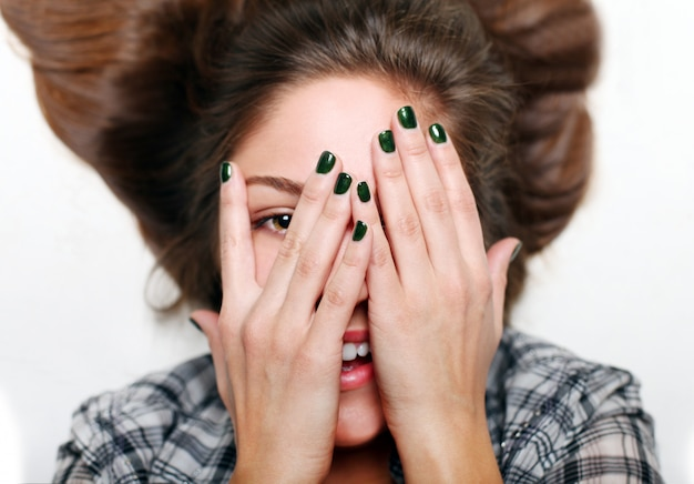 顔、緑のネイルアートの十代の手を笑顔 無料写真