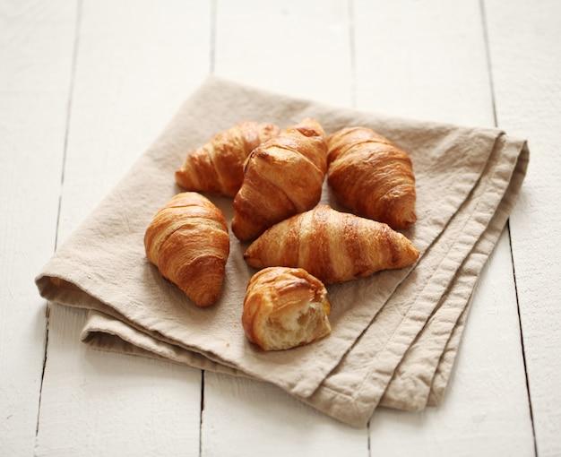 テーブルクロスに新鮮なフランスクロワッサン 無料写真
