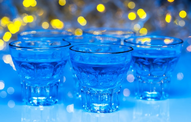 大人はナイトクラブに行き、アルコールを飲んで楽しんでいます 無料写真
