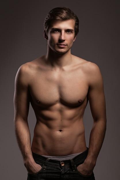裸の胴体を持つハンサムな若い男 無料写真