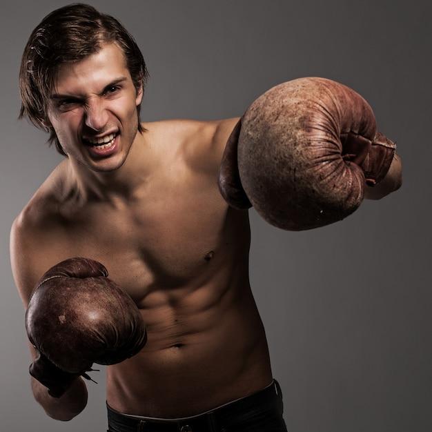 ボクシンググローブの積極的な男 無料写真