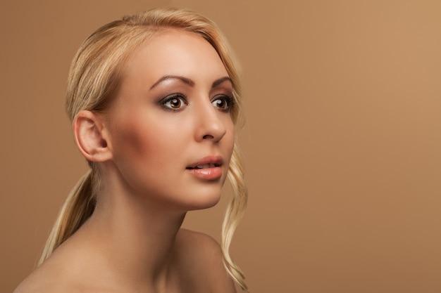 自然な若い女性の肖像画 無料写真