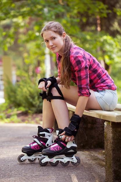 ローラーブレードで美しい少女 無料写真