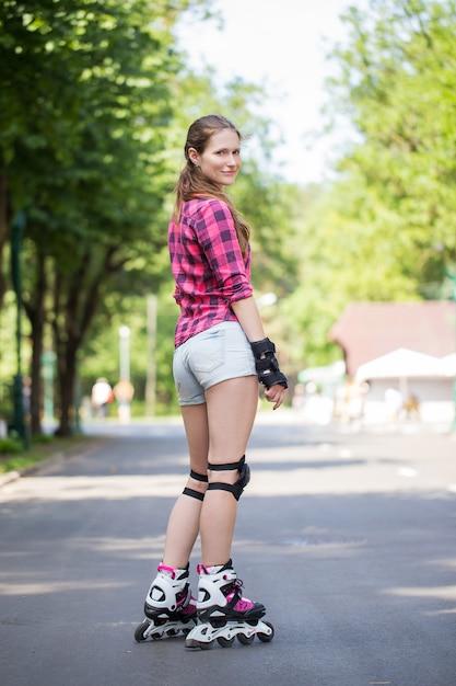Девушка позирует в парке с лезвиями Бесплатные Фотографии