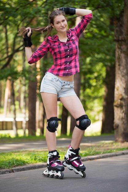 公園で彼女の刃を持つポーズの女の子 無料写真