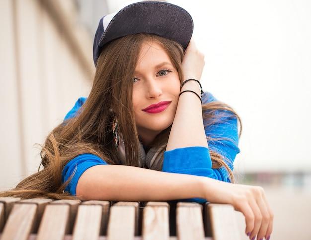 Стильная девушка с татуировкой позирует возле реки Бесплатные Фотографии