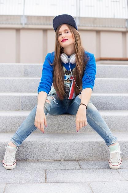 ステップの上に座ってスタイリッシュな女の子 無料写真