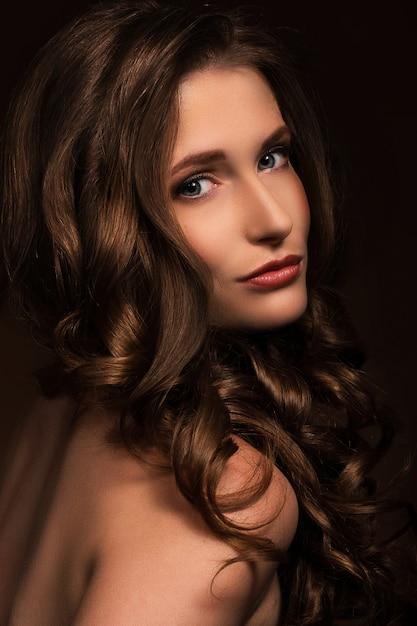 非常にセクシーな女性は彼女の自然な表情を見せて 無料写真