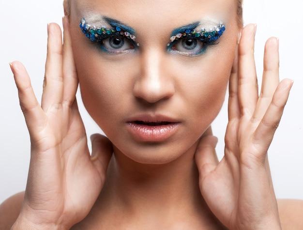 芸術的な化粧品で美しい白人女性 無料写真