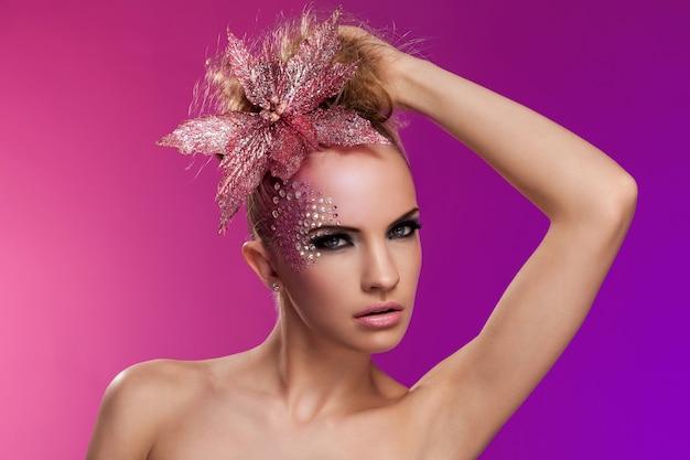 Красивая женщина с фантазийным макияжем Бесплатные Фотографии