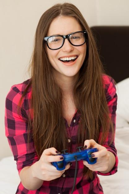 カジュアルなビデオゲームの若い女性 無料写真