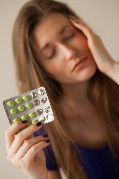 薬と悲しい白人女性 無料写真