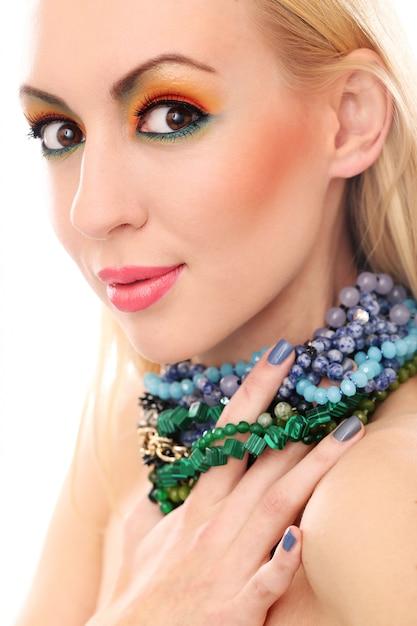 彼女のかわいい色の外観を示すネックレスとブロンドの女性 無料写真