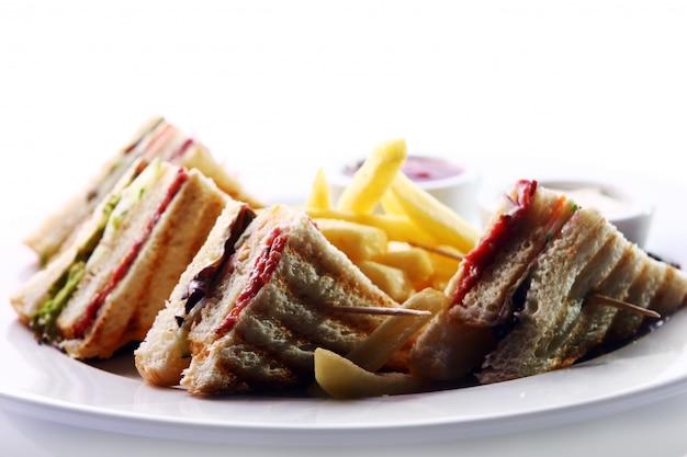 Клубный бутерброд с мясом и зеленью Бесплатные Фотографии