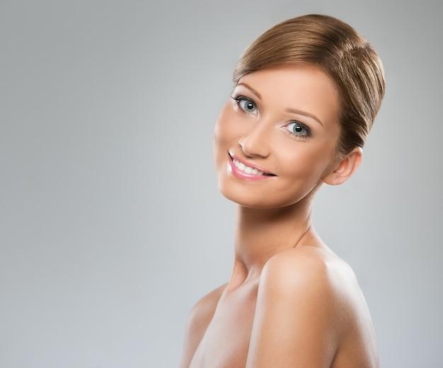 裸の肩を持つ美しい女性 無料写真