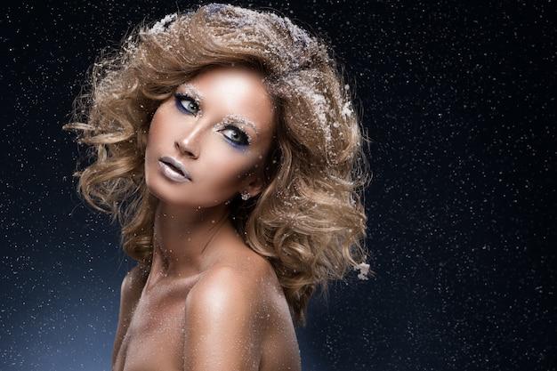 Женщина с вьющимися волосами и зимняя тема Бесплатные Фотографии