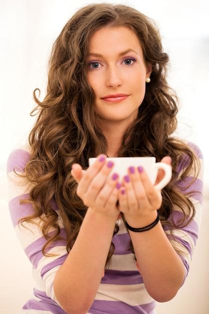 コーヒーを飲みながら美しい少女 無料写真