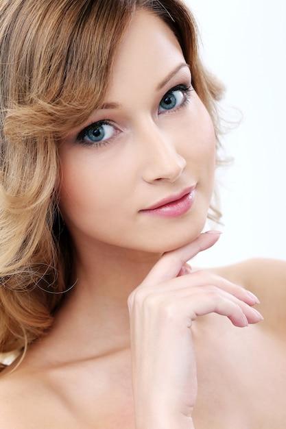 きれいで完璧な肌を持つ美しい少女 無料写真