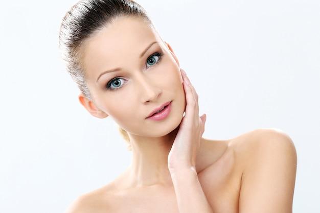 Красивая девушка с чистой и идеальной кожей Бесплатные Фотографии