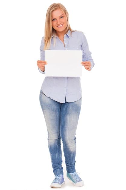 Молодая блондинка показывает бумагу Бесплатные Фотографии