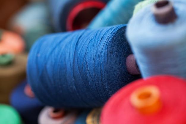 Крупным планом изображение различных цветовых нитей Бесплатные Фотографии