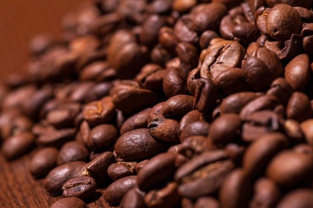 ローストコーヒーの穀物のクローズアップ画像 無料写真
