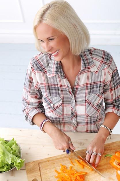 台所でかわいい、ブロンドの女の子 無料写真