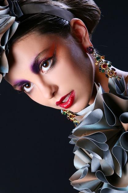創造的なメイクアップと美しい若い女性 無料写真
