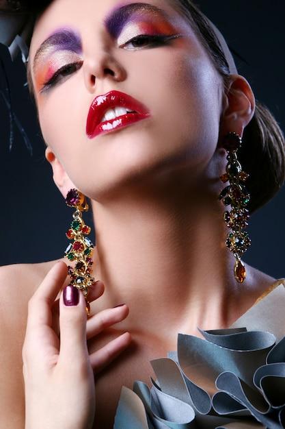 Красивая молодая женщина с творческим макияжем Бесплатные Фотографии