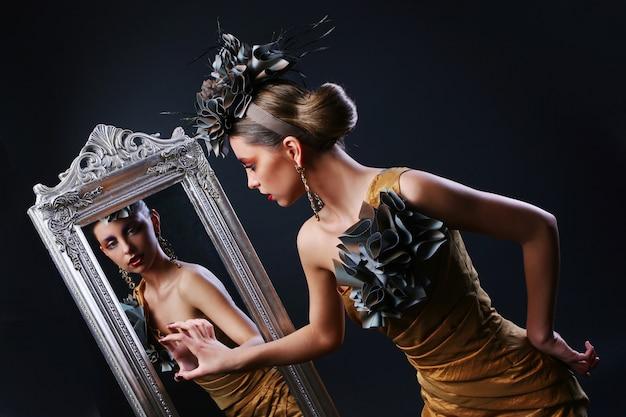 スタイリッシュな女性と鏡 無料写真