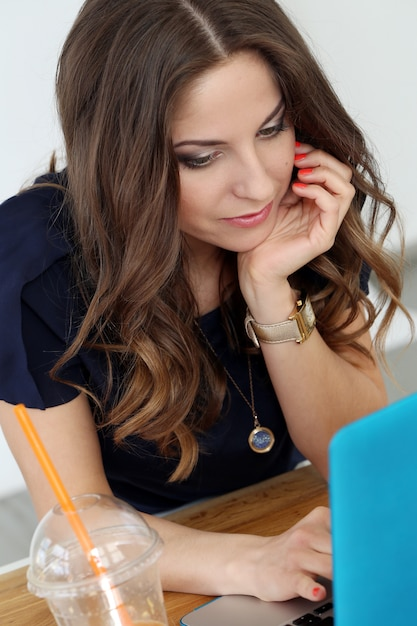 Кудрявая девушка с ноутбуком Бесплатные Фотографии