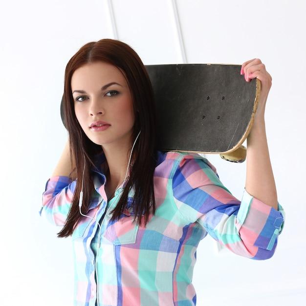 スケートボードと美しい女性 無料写真