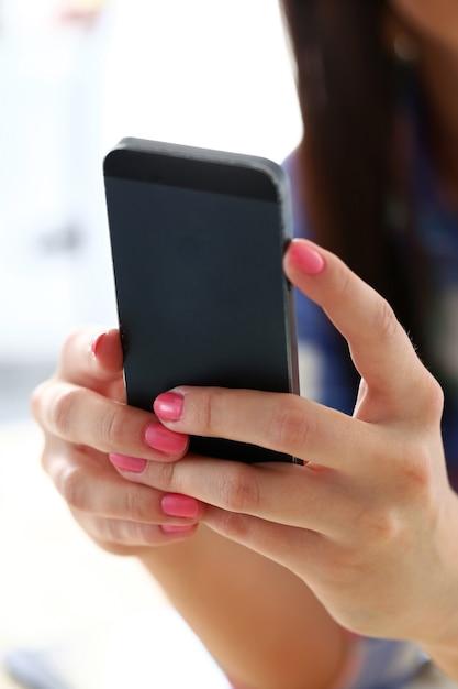 携帯電話を持つ美しい女性 無料写真