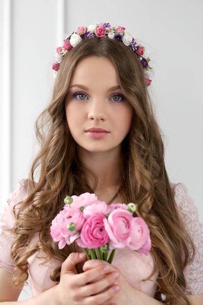 Красивая женщина с цветами Бесплатные Фотографии