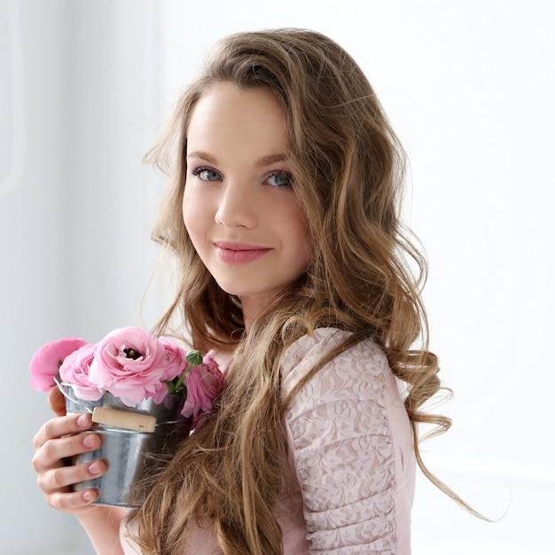 花を持つ美しい女性 無料写真