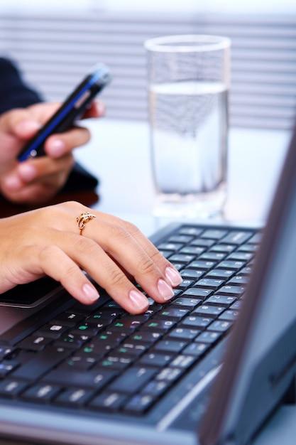 Женщина руки на клавиатуре ноутбука Бесплатные Фотографии