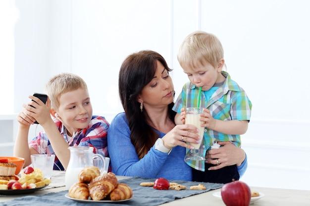 Семья во время завтрака Бесплатные Фотографии