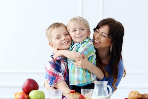 朝食中の家族 無料写真