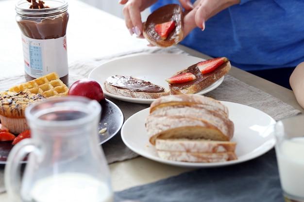 テーブルで美味しい朝食 無料写真