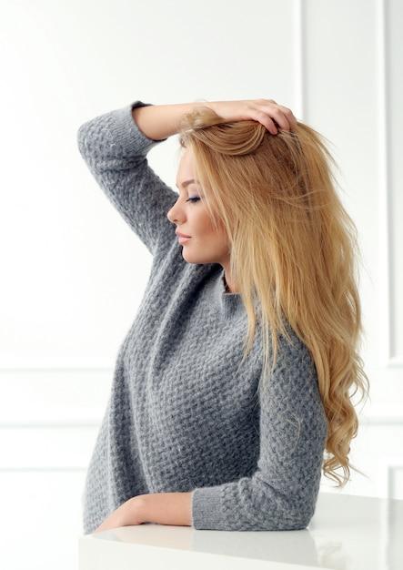 Привлекательная блондинка дома Бесплатные Фотографии