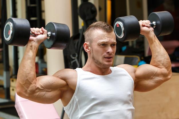 ジム。トレーニング中にハンサムな男 無料写真